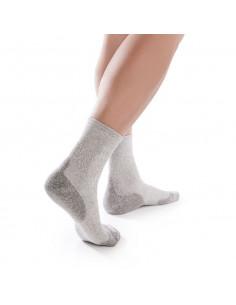 Un par de calcetines especiales para pie diabético en color gris.